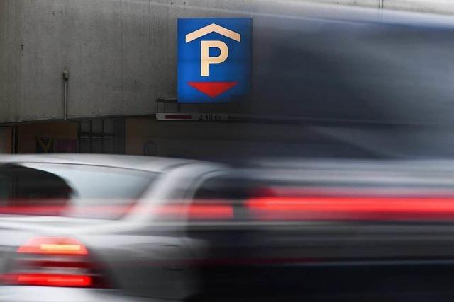 Gas und Bremse verwechselt: Auto stürzt von Parkhaus – Hund vermisst