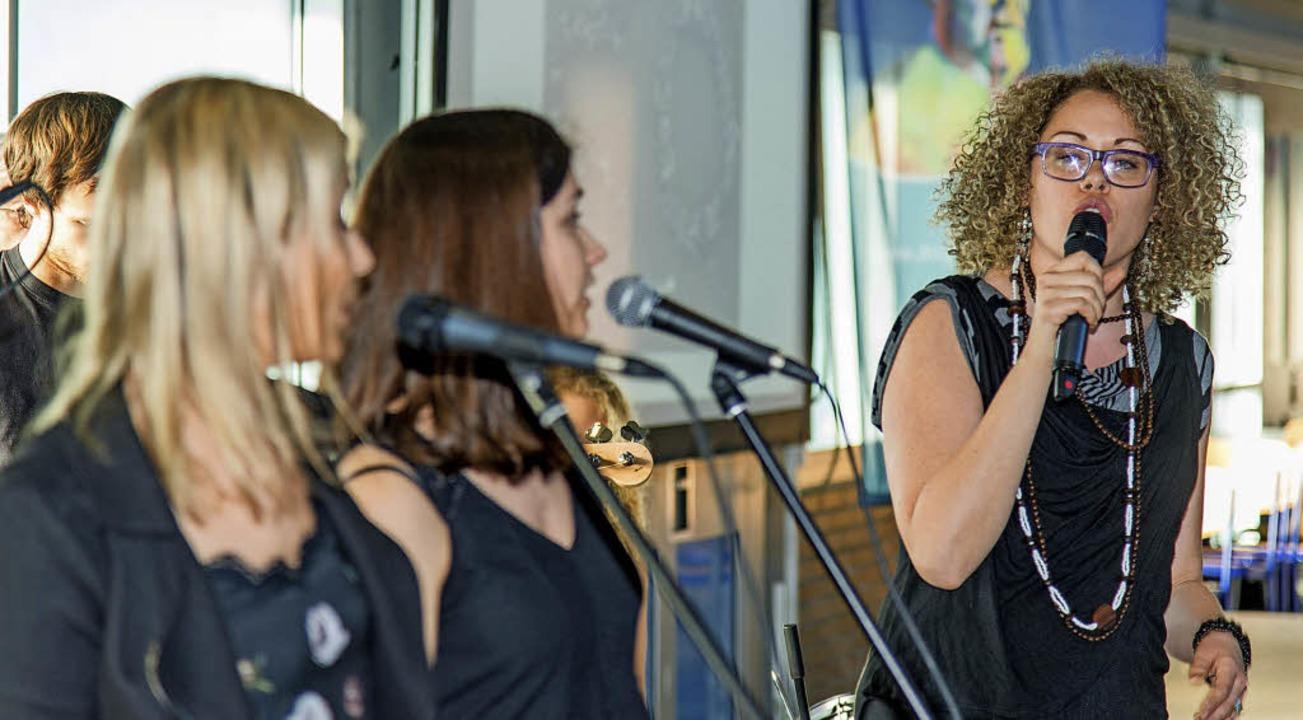Rockte beim  Festakt die Stadthalle: Die Lehrerband BiZ.  | Foto: Olaf Michel
