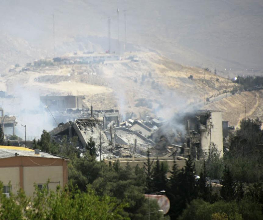 Rauch steigt bei Damaskus über dem For...und Frankreich stark beschädigt wurde.  | Foto: dpa