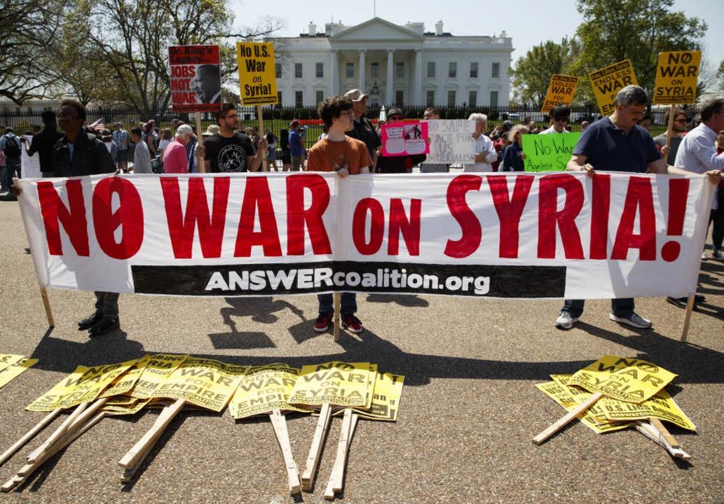 Demonstranten protestieren vor dem Wei... Washington gegen den Krieg in Syrien.  | Foto: dpa