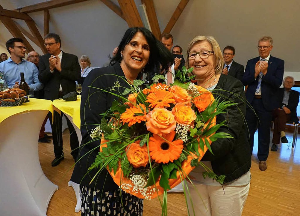 Für Yasmin Laub, Ehefrau des Bürgermei...s), gibt es einen großen Blumenstrauß.  | Foto: Julius Wilhelm Steckmeister