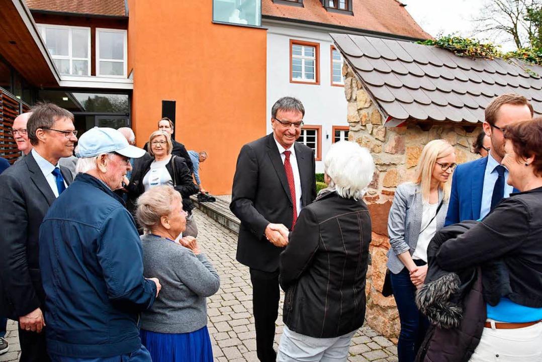 Walter Laub nimmt erste Glückwünsche von Bürgern entgegen.  | Foto: Manfred Frietsch