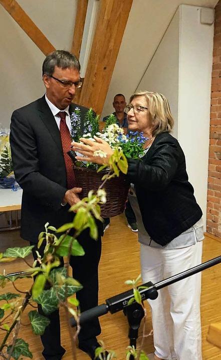 Pflanzen für starke Nerven übergibt Ro...lten und neuen Umkircher  Rathauschef.  | Foto: Julius Wilhelm Steckmeister