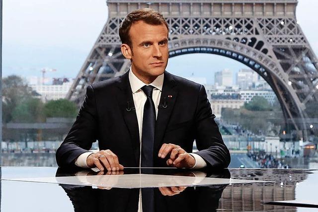 Macron sieht sich als Vermittler, May warnt