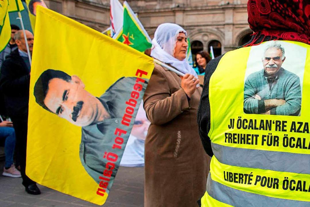 Die Freilassung von Kurdenführer Öcala...e Angeklagten  im Internet gefordert.   | Foto: Joe Klamar/AFP