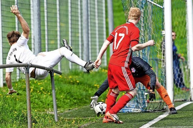 Ein Hochspringer beim Fußball
