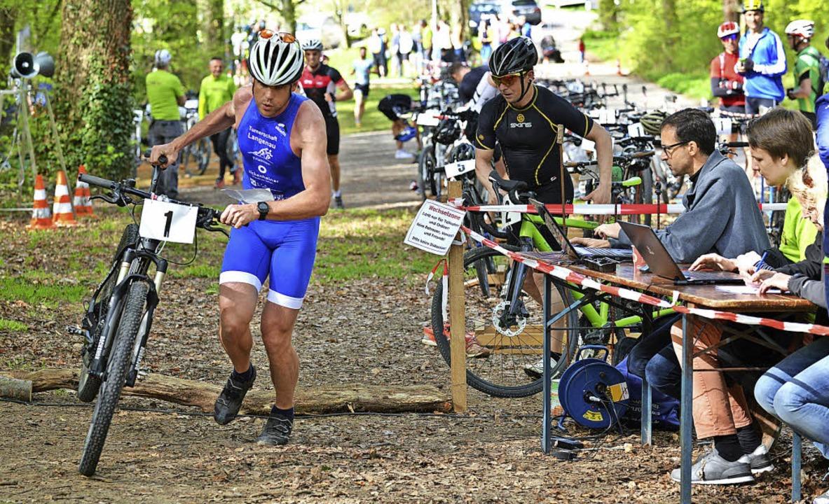 Kraft, Ausdauer und  fahrerisches Könn...teigt Sieger Daniel Wiesner aufs Rad.   | Foto: Karl-Hermann Murst