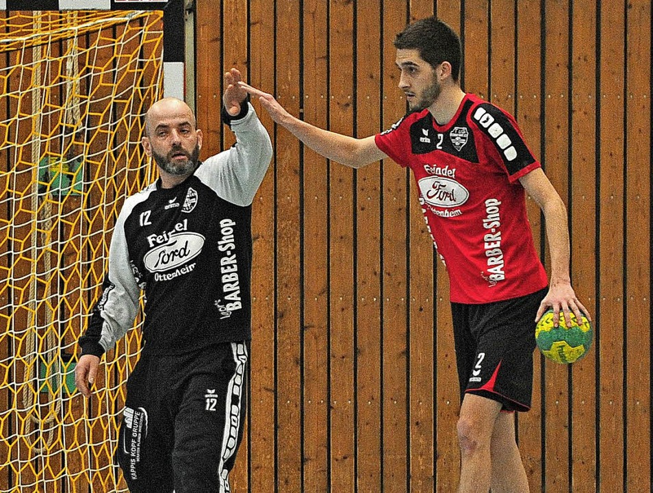 Torhüter Peter Nippes und  Dominik Obe...om TuS Nonnenweier  gratulieren sich.     Foto: Pressebüro Schaller