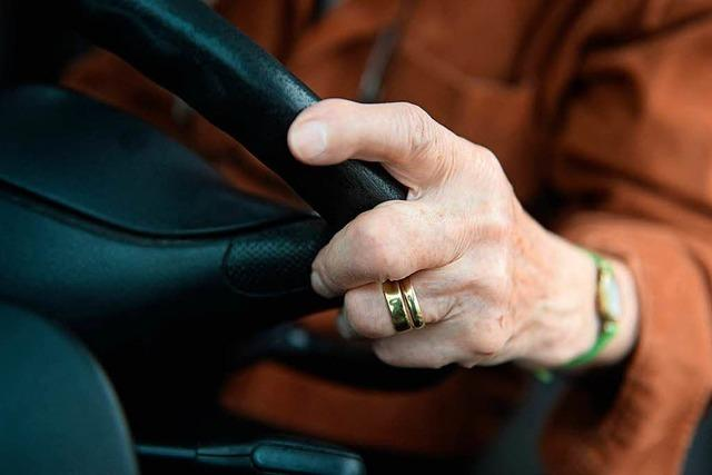 Senioren machen den Fahrfitness-Check hinterm Lenkrad