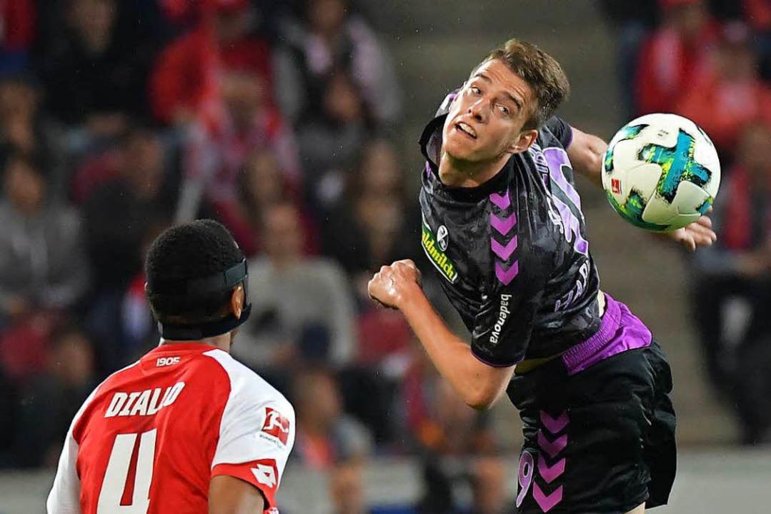 Muss dem Ball hinterher schauen: Janik...s) im Zweikampf mit dem Mainzer Diallo  | Foto: Achim Keller