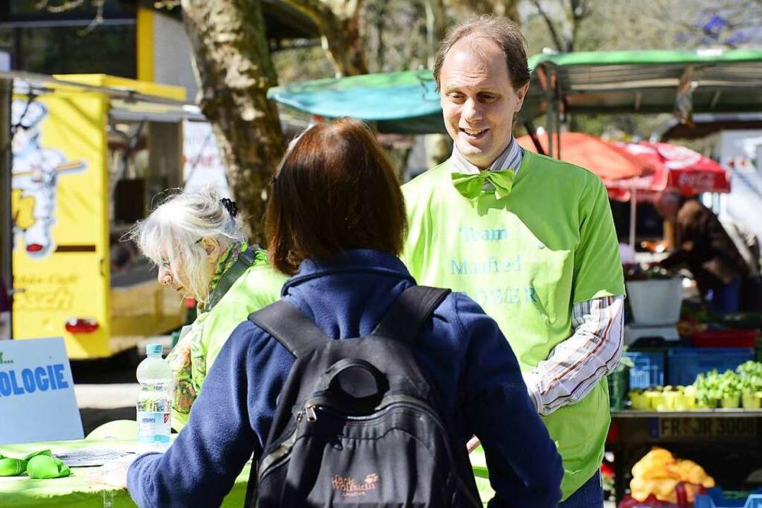Auf dem Markt in Landwasser verkauft der Kandidat grüne Ideen.  | Foto: Ingo Schneider