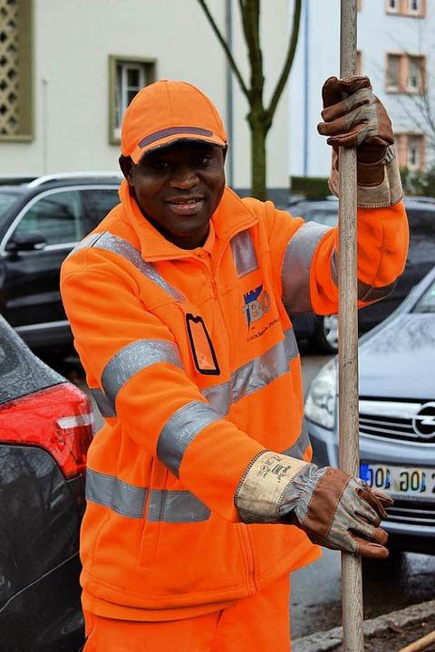 Vom Friseur zum Grünpfleger: Abdoula K...en TBO um die städtischen Grünflächen.  | Foto: Julia Trauden
