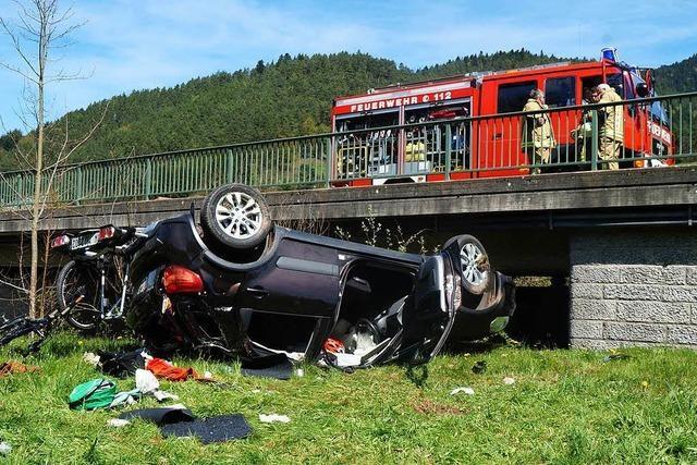 Pkw-Fahrer fährt vor Gutach von Brücke und verliert ein Rad
