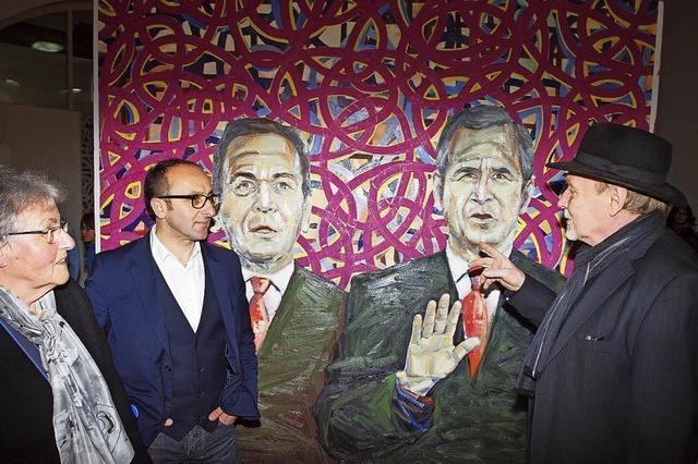 Hinter dem Eingang warten Bush und Schröder