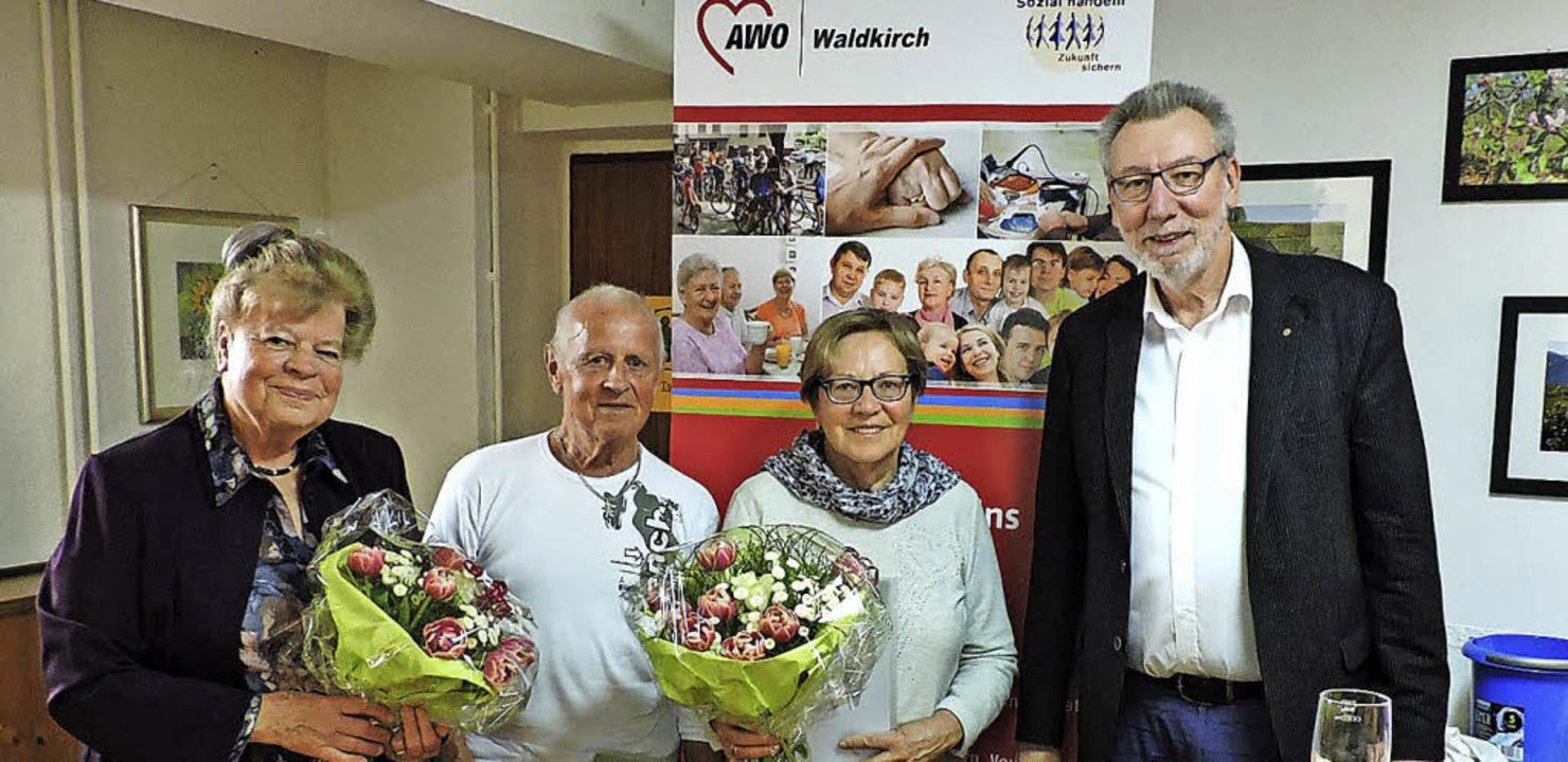 Klaus Laxander gratulierte Christel un...chts) zu langjähriger Mitgliedschaft.   | Foto:  Sylvia Sredniawa