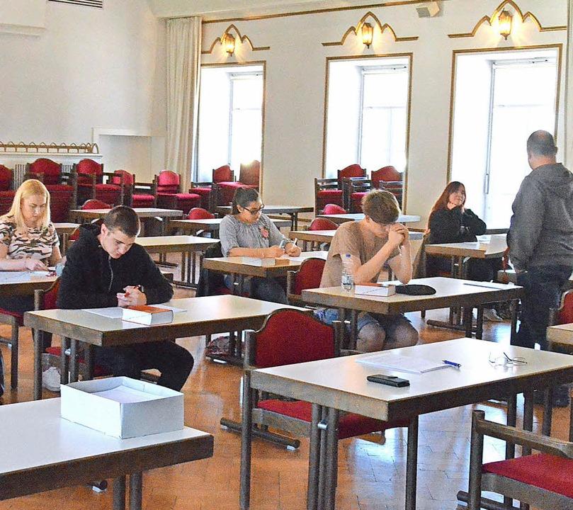Im Kursaal brüteten die zwölf Zehntklä...-Halle auf ihre Deutsch-Abiturprüfung.    Foto: Sebastian Barthmes