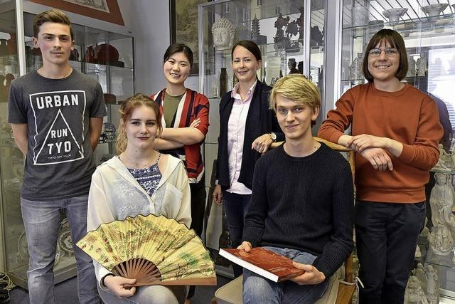 Eine Schülergruppe besucht mit dem Konfuzius-Institut China