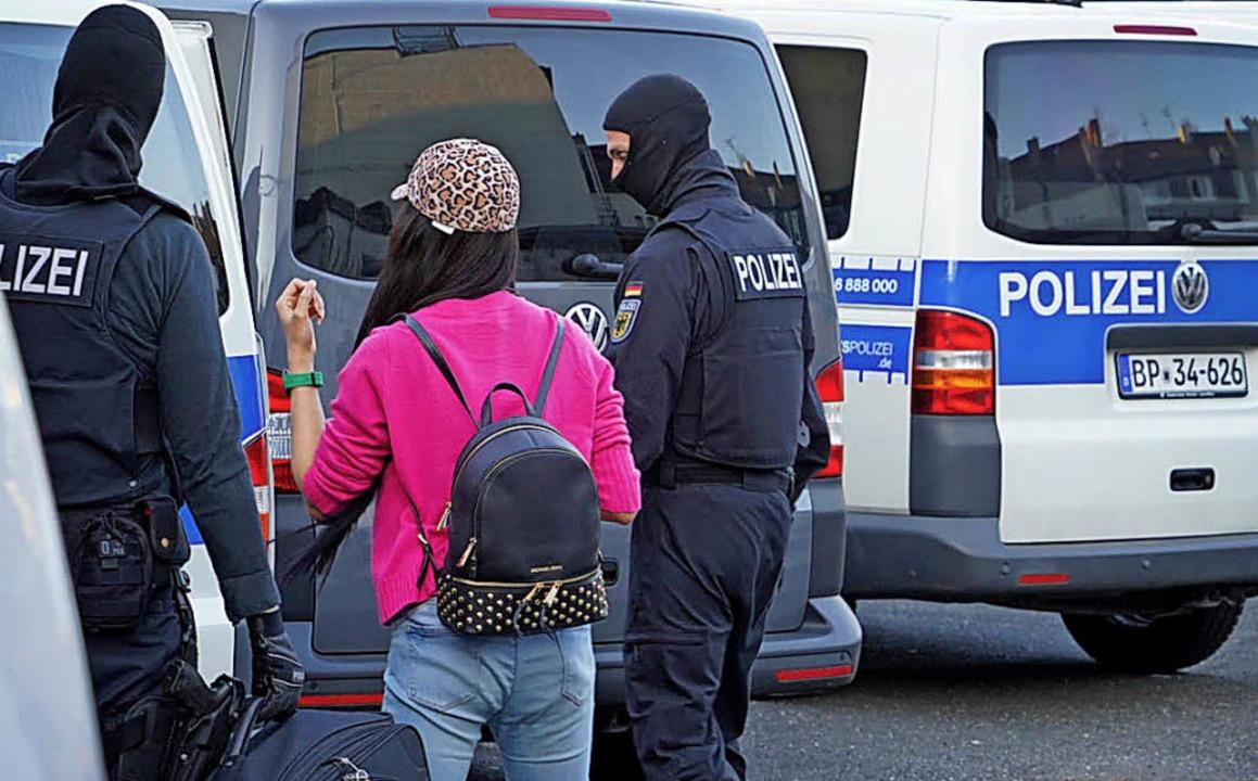 Polizisten bei einer Razzia vor einem Bordell in Bonn   | Foto: dpa