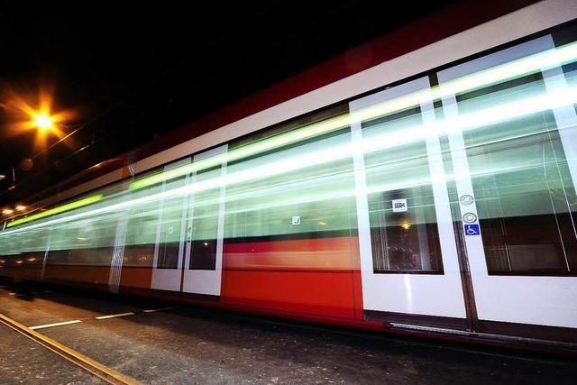 Unbekannter blendet Straßenbahn und Auto mit grünem Laser