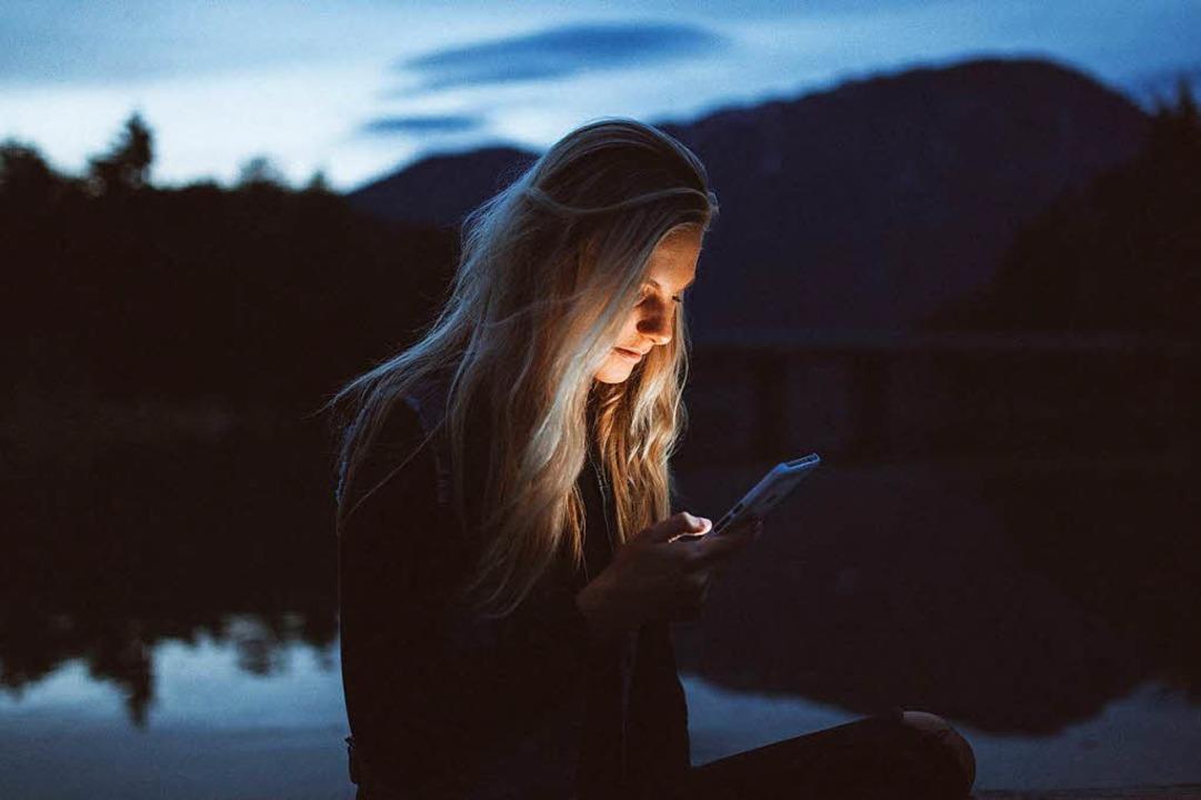 Wer soziale Netzwerke und Apps nutzt, ... intimste Lebensbereiche geben können.    Foto: Becca Tappert