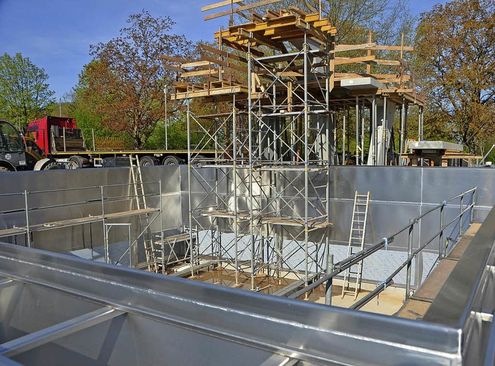 Das neue Springerbecken mit dem noch eingerüsteten neuen Turm.  | Foto: Gerhard Walser