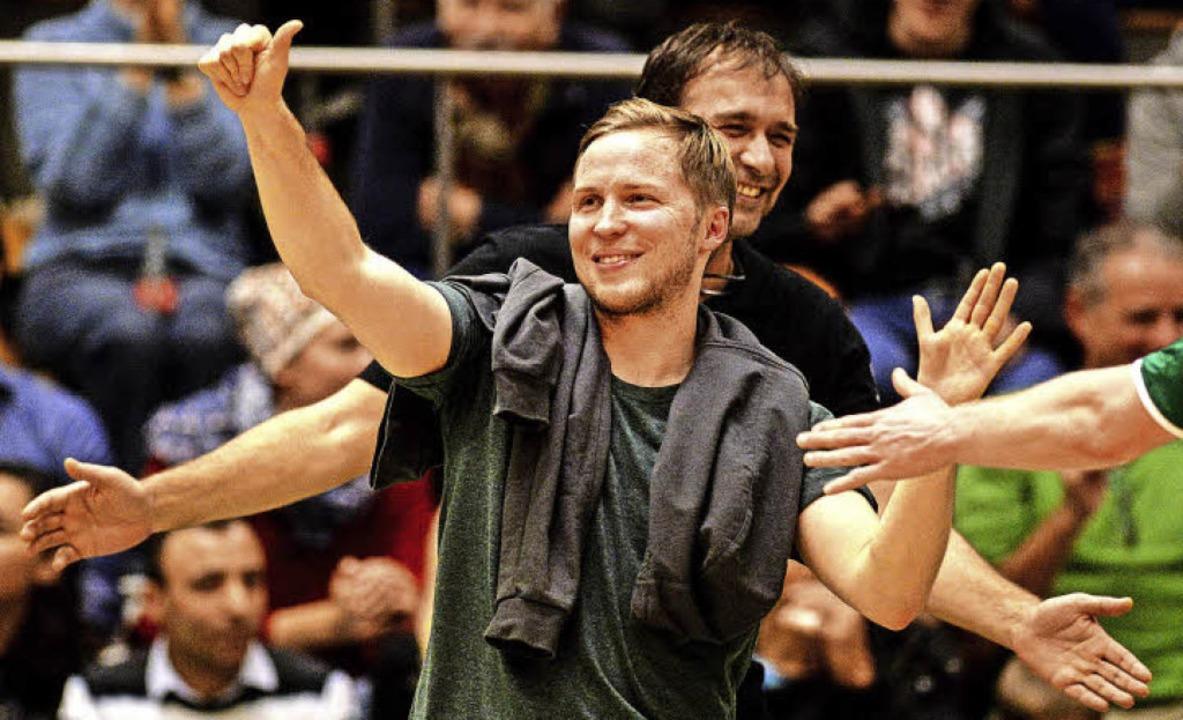 Daumen hoch: Jakob Schönhagen (vor sei...lichen, doch das  Positive überwiegt.   | Foto: Seeger