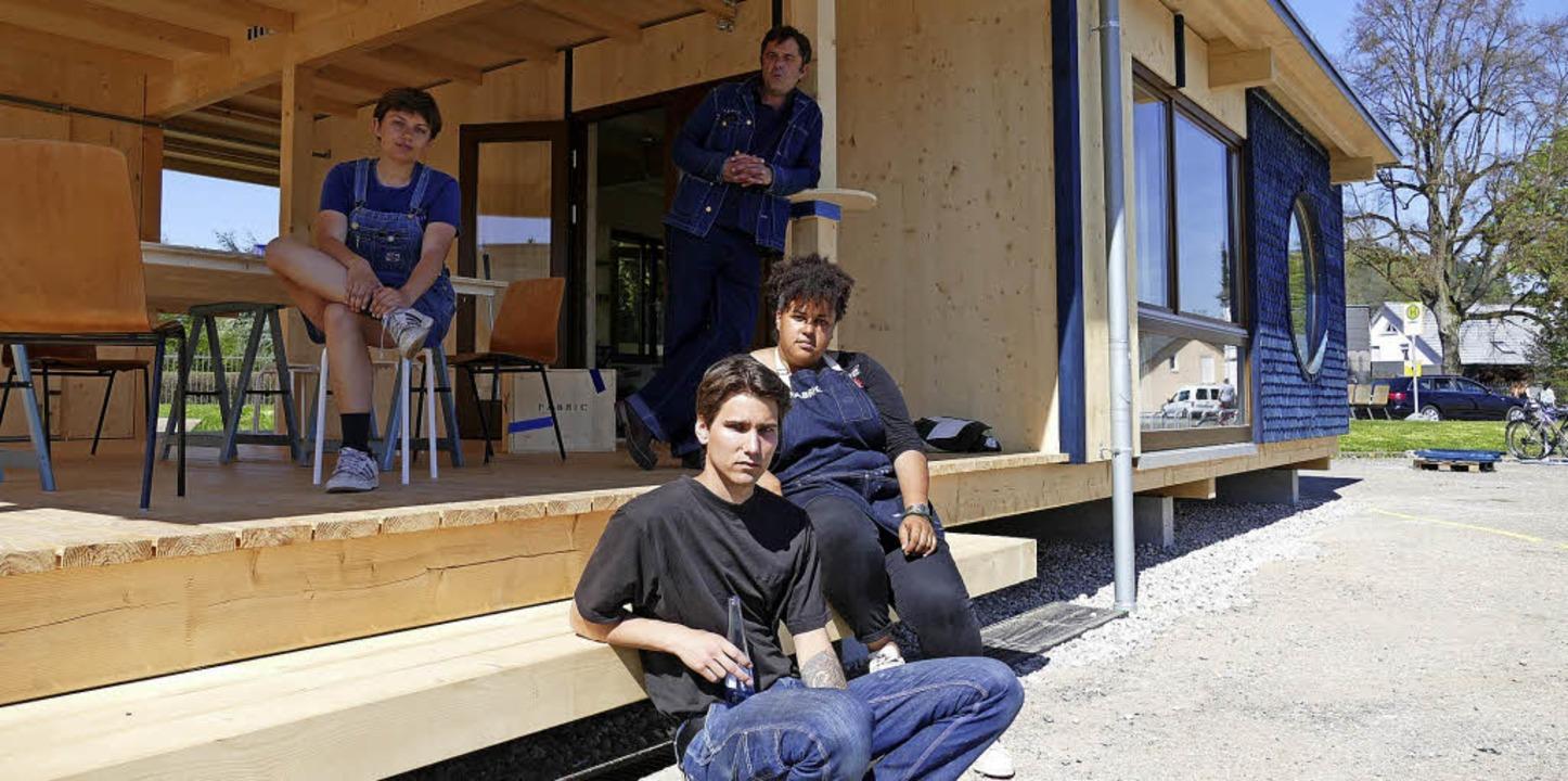 Die Fabric-Crew vor dem neuen Plankios...äfer und Aline Winchester (von links)     Foto: Willi Adam