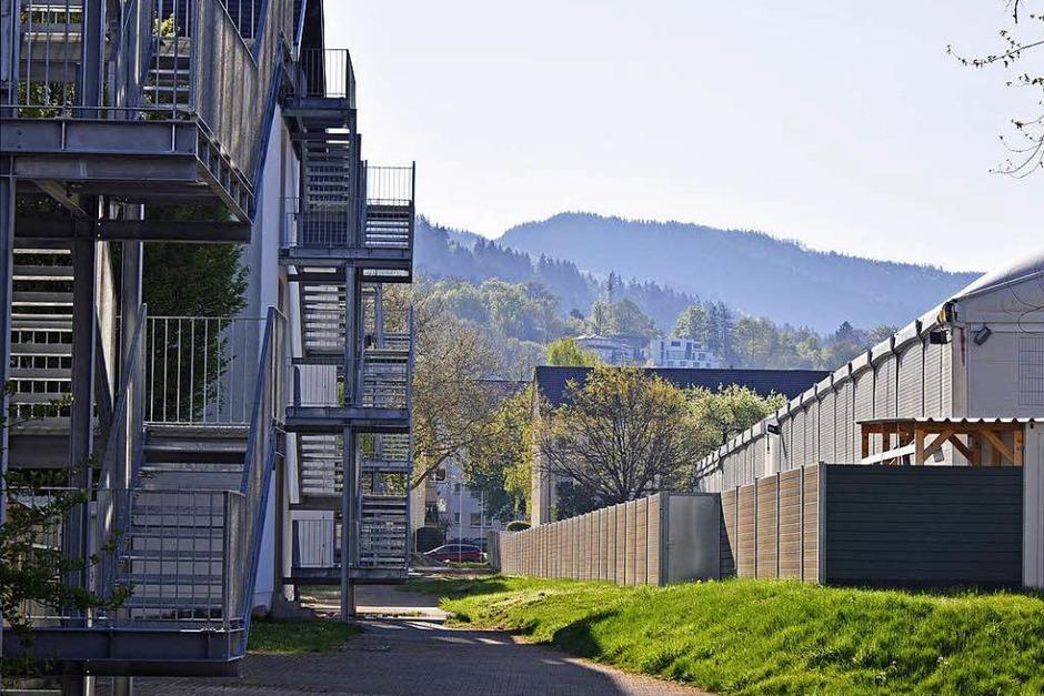 Direkt nebenan: Die Leichtbauhallen werden nach zweieinhalb Jahren Ende Mai abgebaut. (Foto: Michael Bamberger)