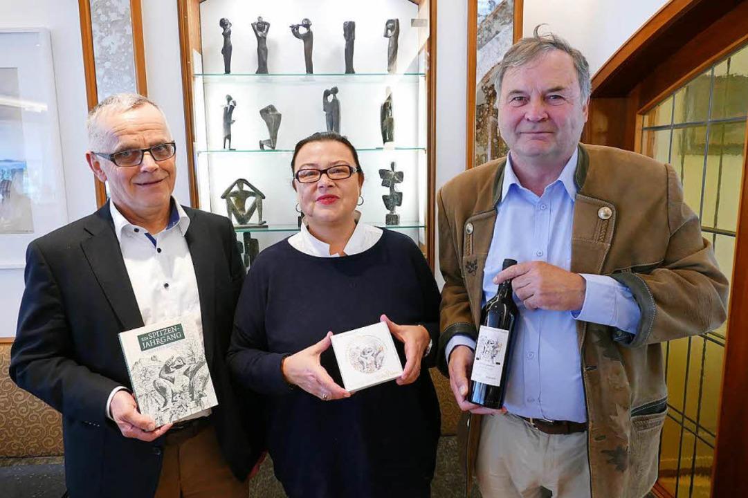 Stehen für die Stiftung (von links): H...turen von Kurt Lehmann gezeigt werden.  | Foto: Hans-Peter Müller