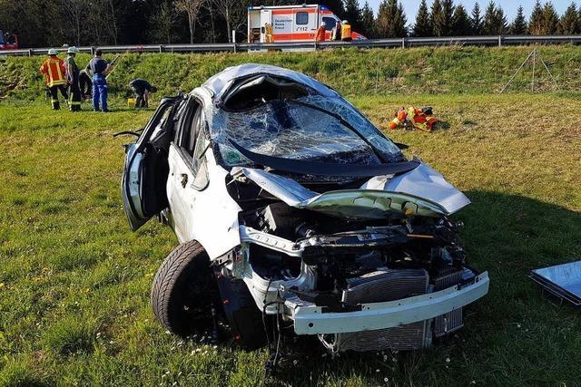 Autofahrer kommt von B31 ab und wird schwer verletzt