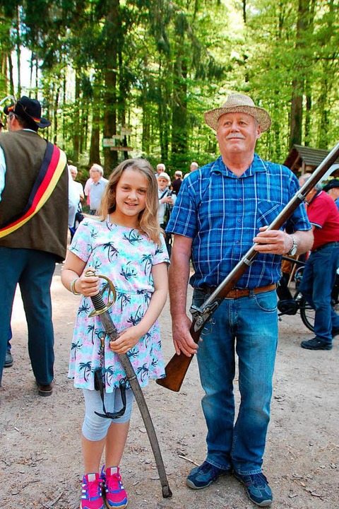 Sind stolz auf ihren Urahn: Erich Müller und Enkelin Jana.  | Foto: Herbert Frey