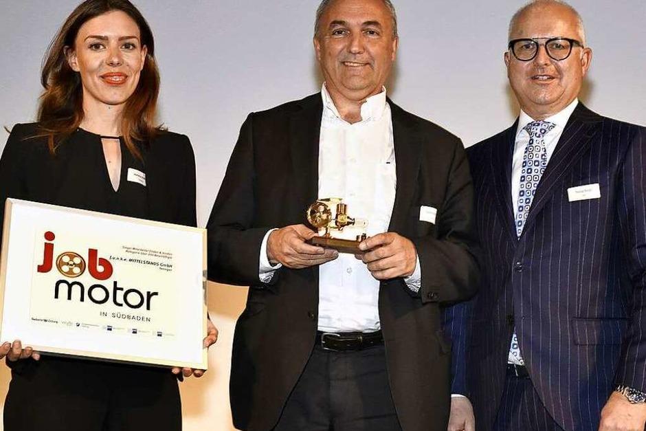 Preisverleihung Jobmotor 2017:  Marlene Maurer (l.) und Manfred Kennel (M.) von der Teninger Firma Funke mit Laudator Thomas Burger, Präsident des Verbandes  WVIB Schwarzwald AG (Foto: Thomas Kunz)