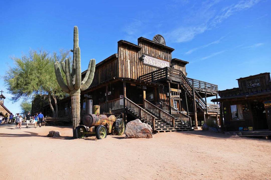 Wie aus einem Western: der Saloon in der Goldfield Ghosttown mit Saguaro-Kaktus  | Foto: Birgit Herrmann