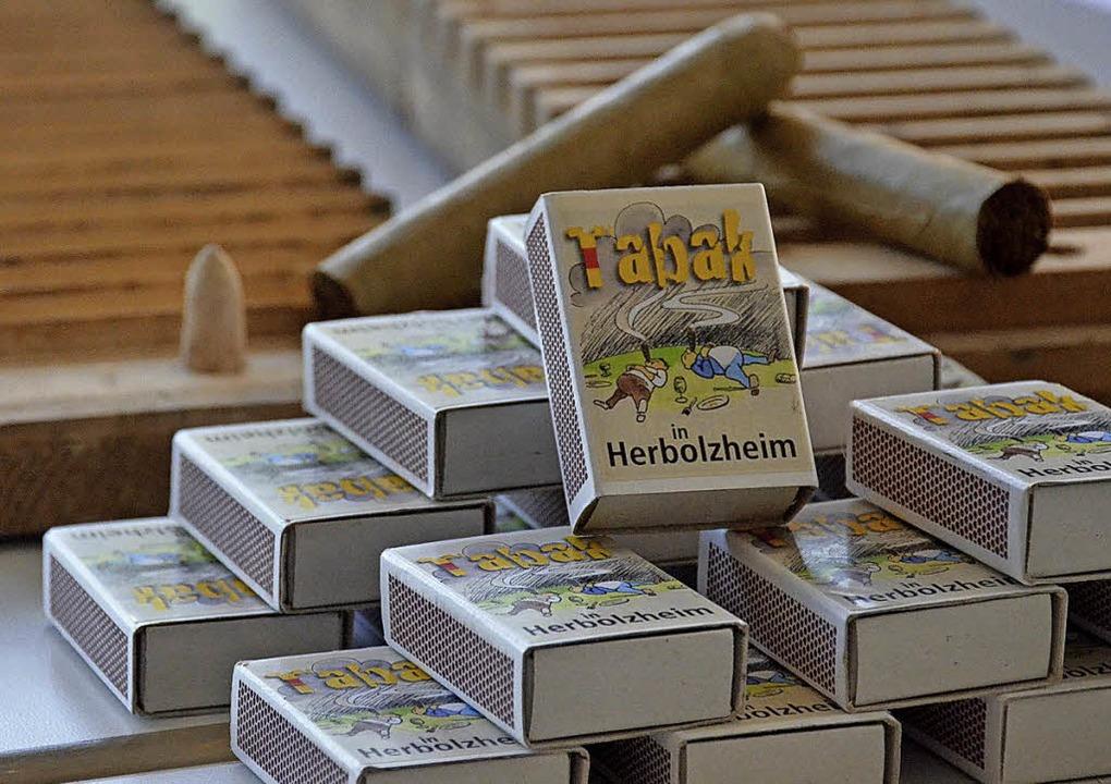Der Freiämter Karikaturist Klaus Karli...ende Streichholzschachteln gestaltet.   | Foto:  heg