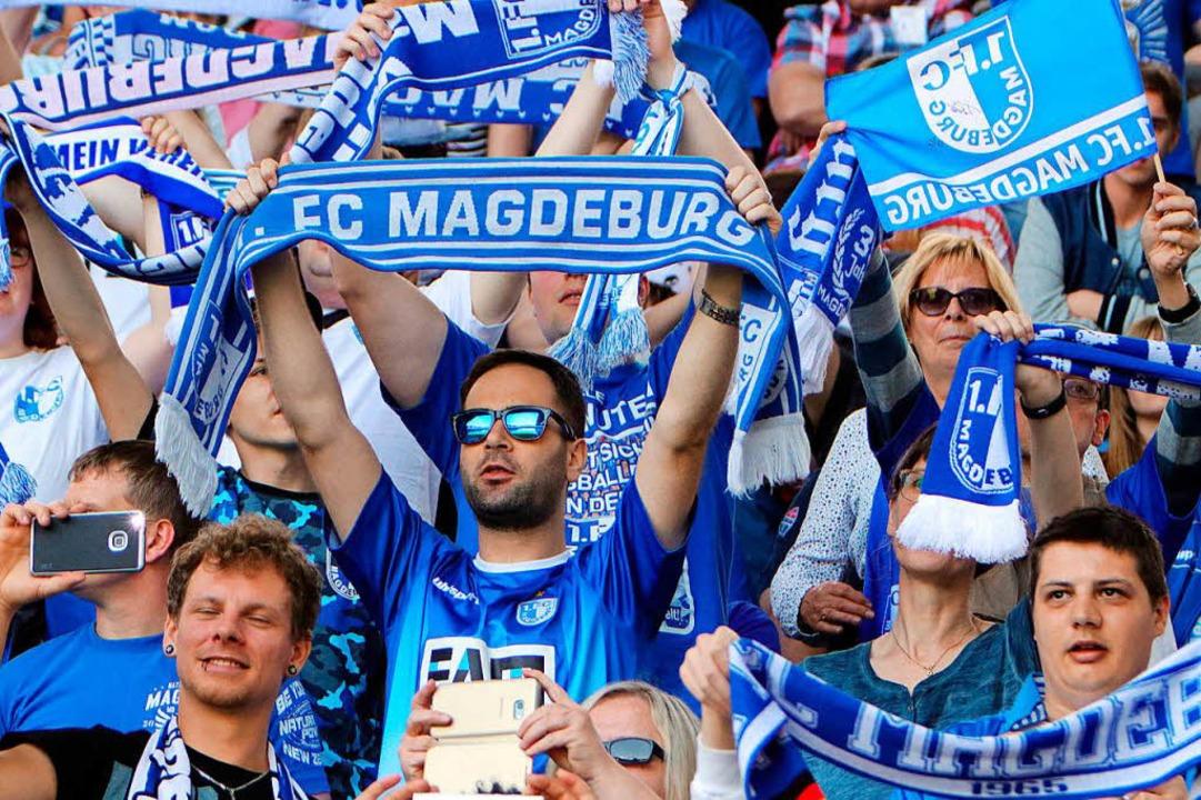 Magdeburger Fans feiern den Aufstieg in die Zweite Liga.  | Foto: dpa