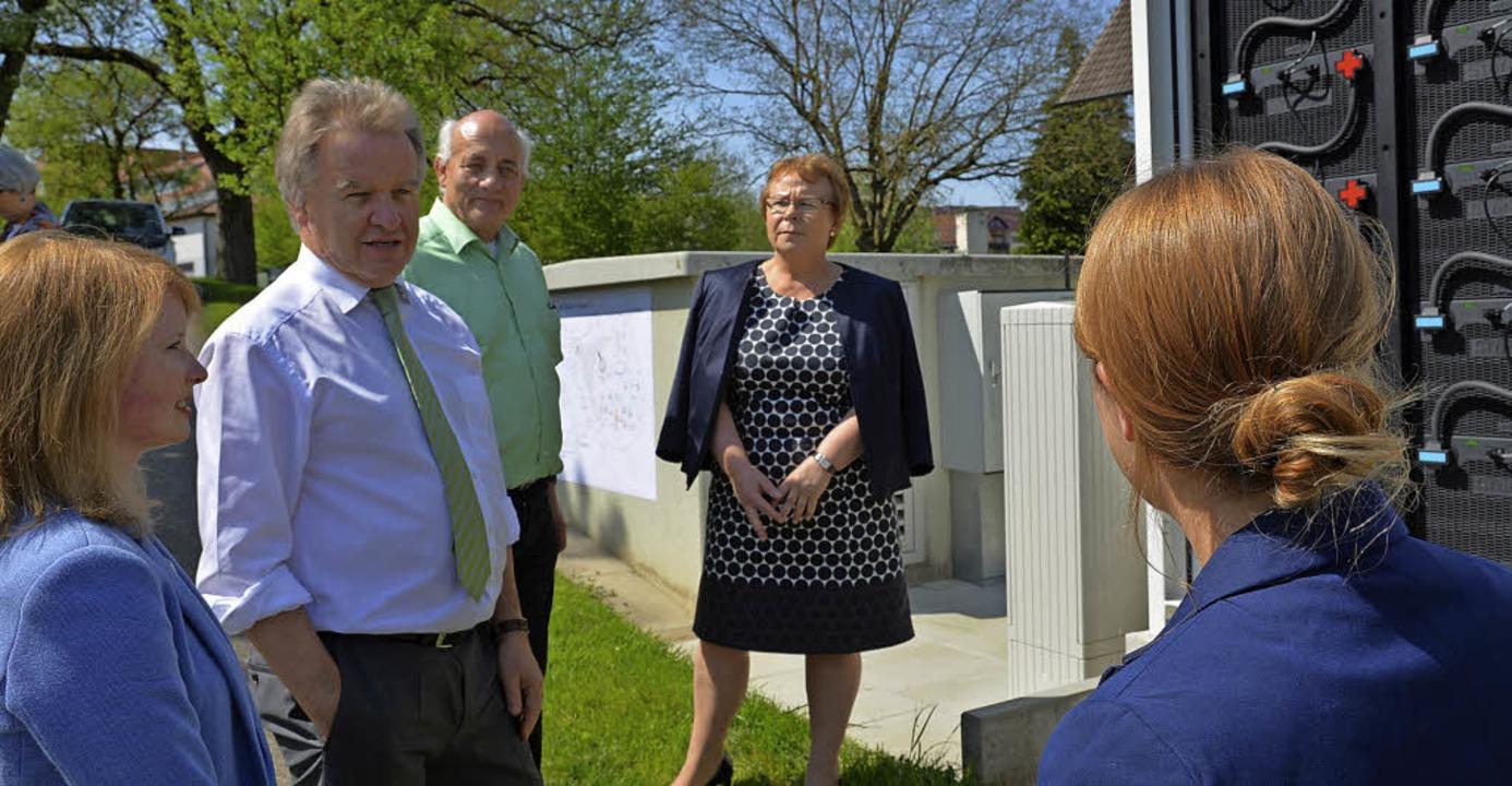 Umweltminister Franz Untersteller (Zwe...d den Projektleiterinnen erläutern.     | Foto: Sommer