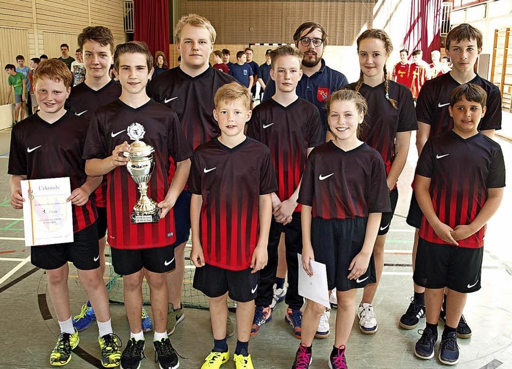 Die  Jugendfeuerwehr Haagen verteidigt...erwehr-Hockeymannschaften den Pokal.    | Foto: Paul Schleer