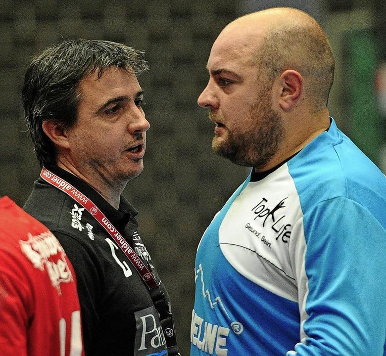 Trainer Timo Heuberger im Gespräch mit...lipp Grangé (rechts) in einer Auszeit     Foto:  Pressebüro Schaller