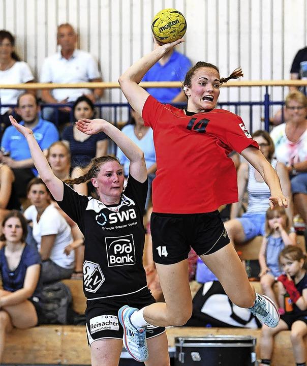Beim Sprungwurf: HSG-Linksaußen Alica Burgert   | Foto: Patrick Seeger