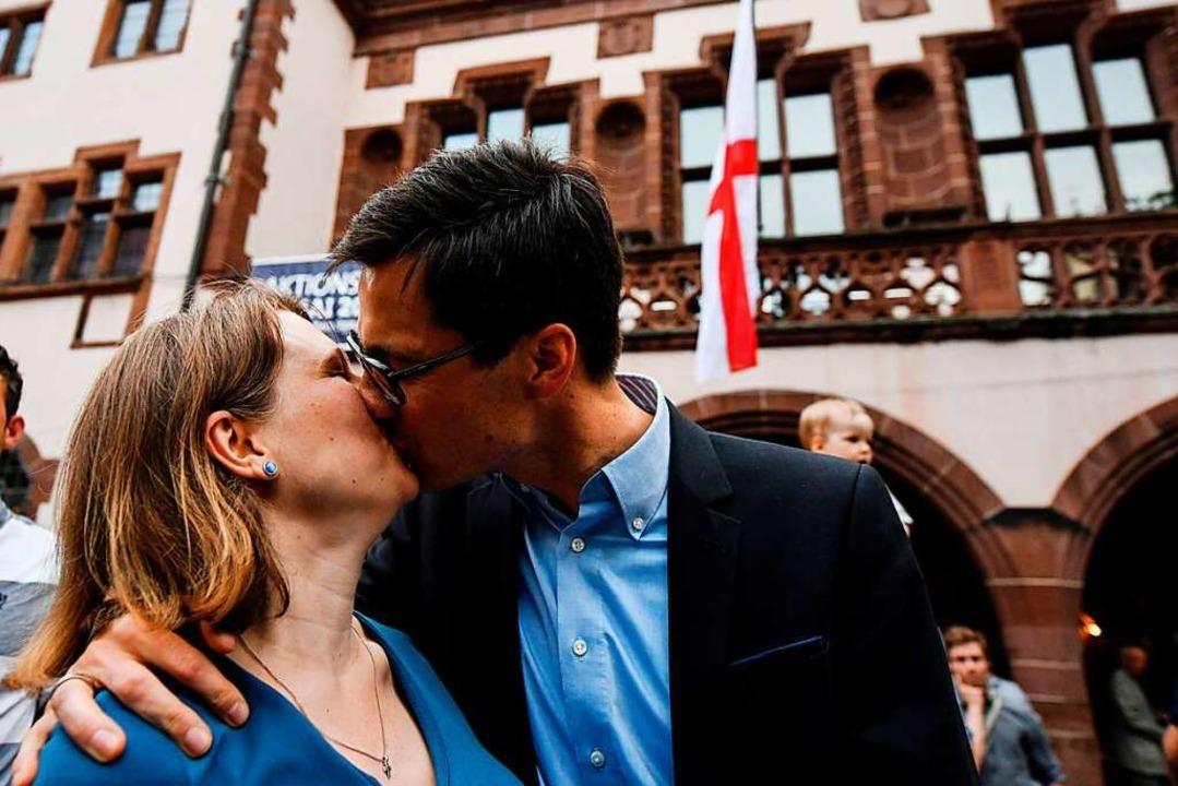 Kuss für den Wahlsieger: Martin Horn und seine Ehefrau Irina.  | Foto: dpa