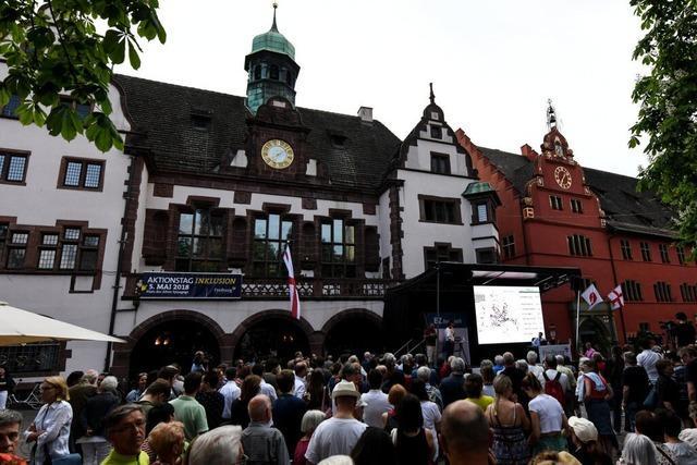 Fotos: Überraschung beim Freiburger OB-Wahlabend auf dem Rathausplatz