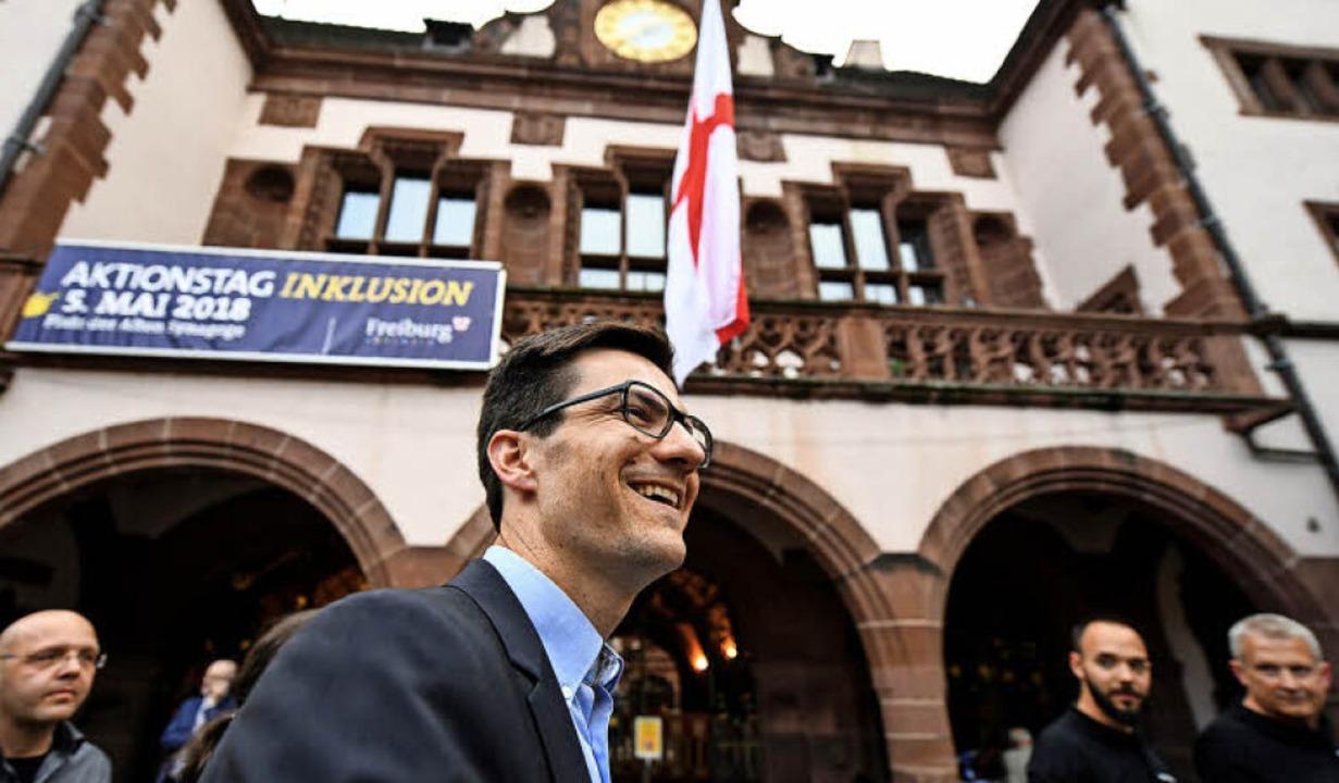 Martin Horn,  hier am Sonntagabend auf...rger Rathausplatz, holte 34,7 Prozent.  | Foto: dpa