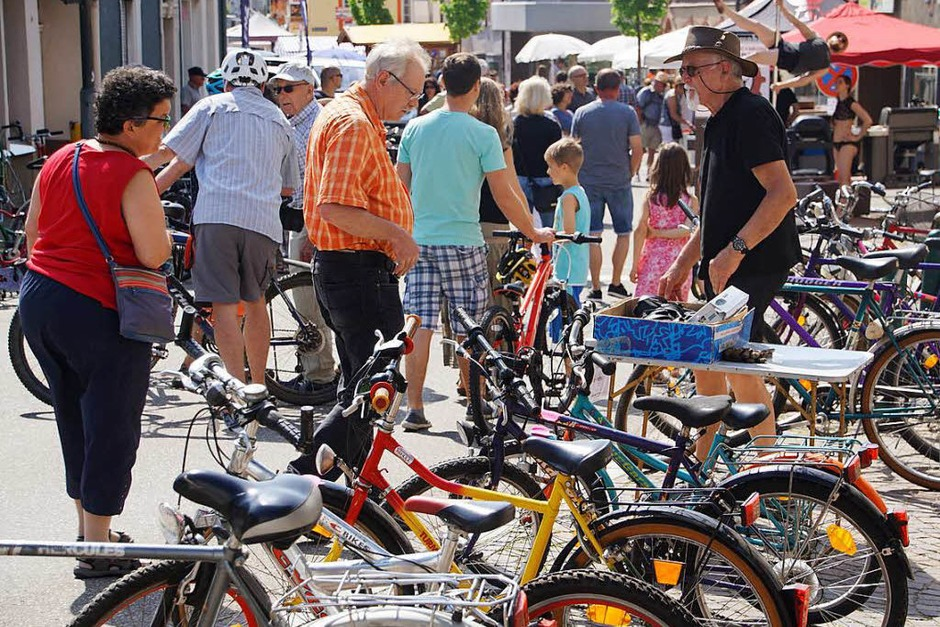 """Der Rad- und Bikermarkt steht seit Jahren im Mittelpunkt von """"Herbolzheimat im Frühling"""". (Foto: Ilona Huege)"""