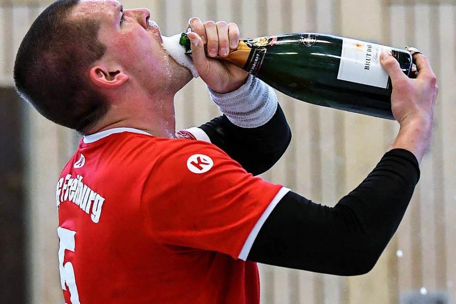 Bierdusche, Sektspritzer und mehr – ausgelassen feiert die HSG Freiburg den Aufstieg in die Südbadenliga nach einem klaren 32:22-Heimerfolg gegen die SG Hornberg/Lauterbach/Triberg in der Gerhard-Graf-Halle. (Foto: Patrick Seeger)