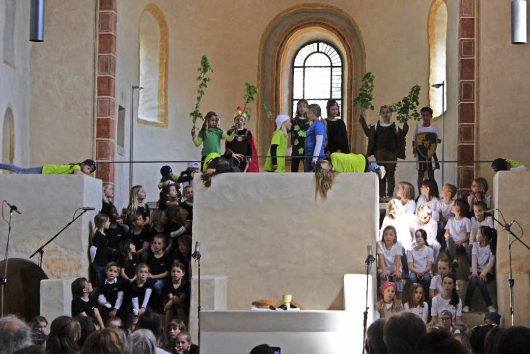 Die SuBaDoLa Kinderchöre in der St. Cyriak Kirche in Sulzburg   | Foto: Jennifer Ruh