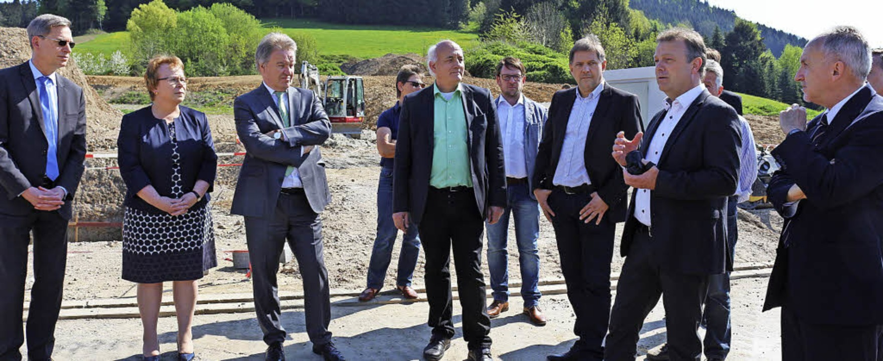 Auf Einladung von Alexander Schoch (gr...n rechts) erklärte die Funktionsweise.    Foto: Fotos: Karin Heiss
