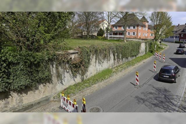 Die 500 Jahre alte Schlossmauer in Munzingen wird durchbrochen