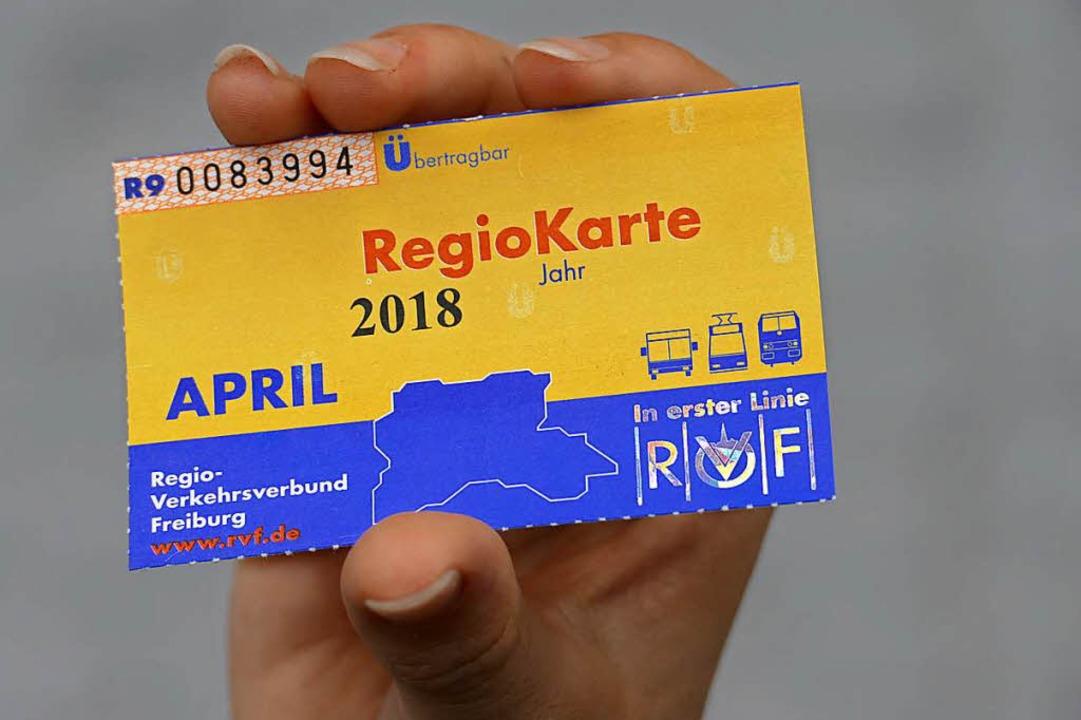 Die Regiokarte – am 1. August wird sie erneut teurer.  | Foto: Markus Donner