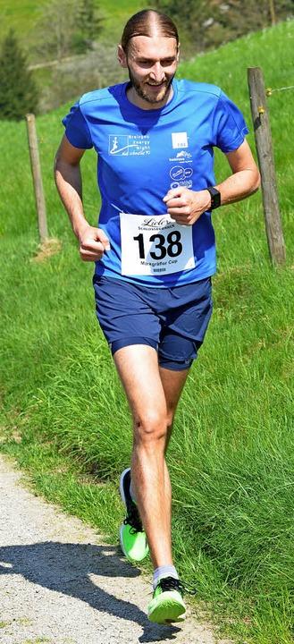 Gut lachen haben Start-Ziel-Sieger Rob...e sich nach dem Lauf im Bach abkühlt.   | Foto: Karl-Hermann Murst