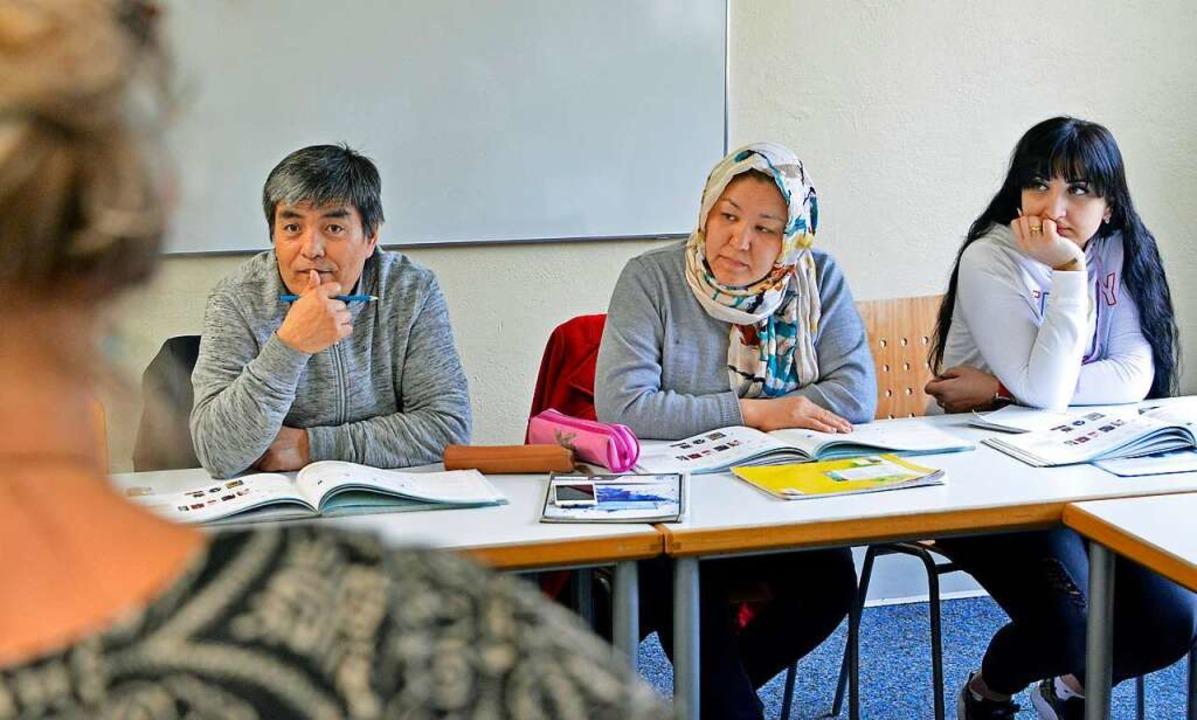 Sieben Afghanen, eine Afghanin  und ei...rgierin lernen in diesem Kurs Deutsch.  | Foto: Michael Bamberger